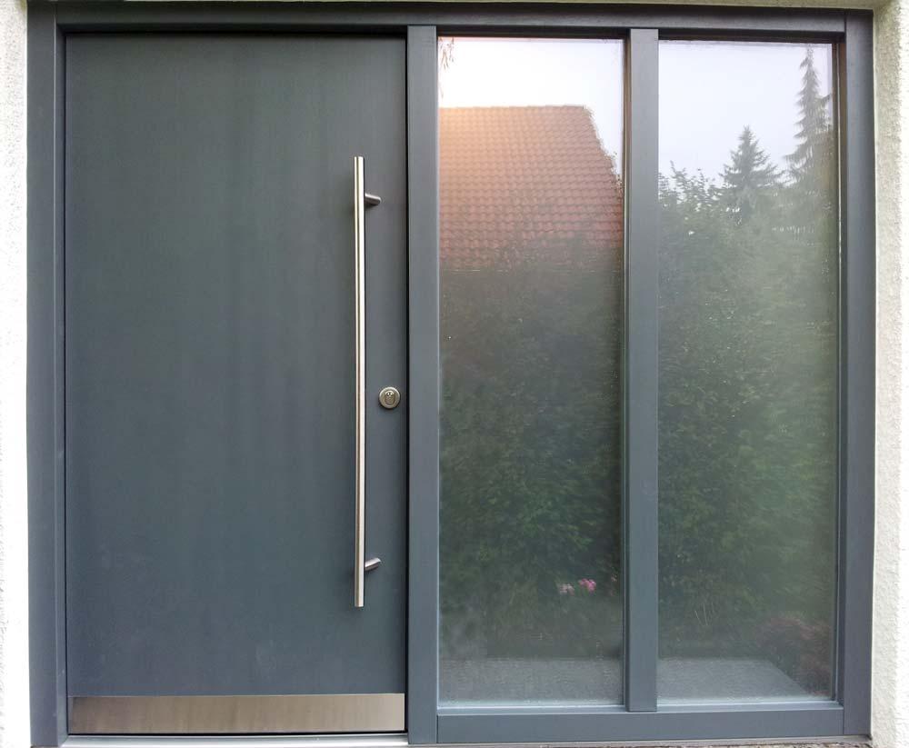 Haustüre aus Holz, grau lackiert mit Glasseitenteil