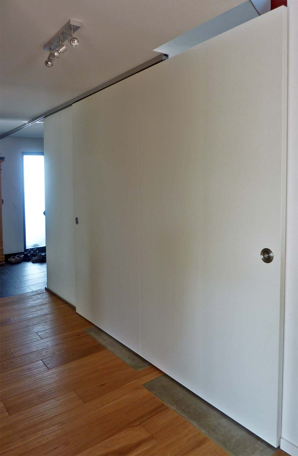 Schiebetüre als Raumteiler sowie Schallschutz für das Treppenhaus.