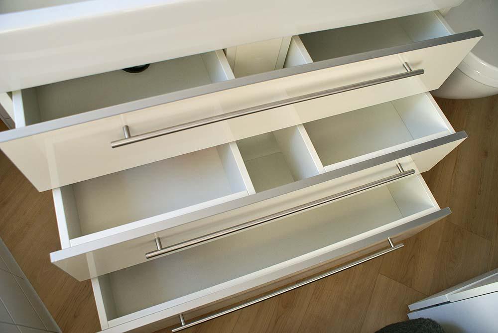 Waschtischunterschrank geöffnet